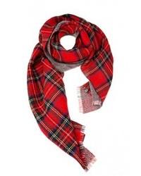roter Schal mit Schottenmuster