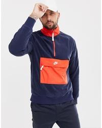 roter und dunkelblauer Pullover mit einem Reißverschluss am Kragen von Nike