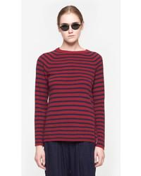 roter und dunkelblauer Pullover mit einem Rundhalsausschnitt