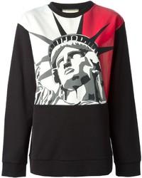 roter und schwarzer bedruckter Pullover mit einem Rundhalsausschnitt