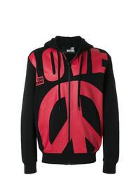 roter und schwarzer Pullover mit einem Kapuze