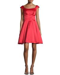 rotes ausgestelltes Kleid aus Satin