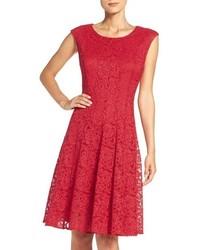 rotes ausgestelltes Kleid aus Spitze