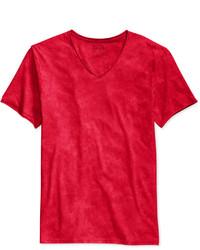 rotes T-Shirt mit einem V-Ausschnitt