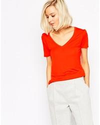 rotes T-Shirt mit einem V-Ausschnitt von Vero Moda