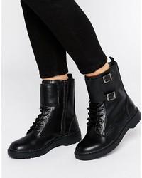 schwarze beschlagene flache Stiefel mit einer Schnürung aus Leder