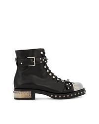 schwarze beschlagene flache Stiefel mit einer Schnürung aus Leder von Alexander McQueen