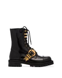 schwarze beschlagene flache Stiefel mit einer Schnürung aus Leder von Versace