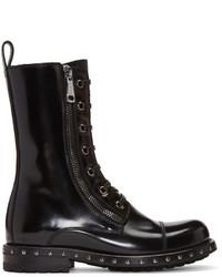 schwarze flache Stiefel mit einer Schnürung aus Leder