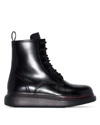 schwarze flache Stiefel mit einer Schnürung aus Leder von Alexander McQueen