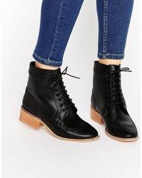 schwarze flache Stiefel mit einer Schnürung aus Leder von Asos