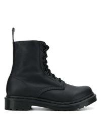 schwarze flache Stiefel mit einer Schnürung aus Leder von Dr. Martens