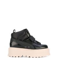 schwarze flache Stiefel mit einer Schnürung aus Leder von Fenty X Puma