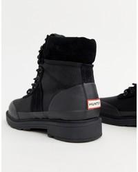 schwarze flache Stiefel mit einer Schnürung aus Leder von Hunter