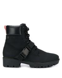 schwarze flache Stiefel mit einer Schnürung aus Leder von Kendall & Kylie