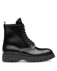schwarze flache Stiefel mit einer Schnürung aus Leder von Prada