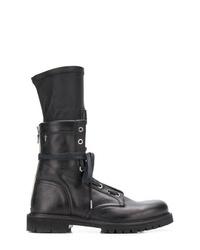 schwarze flache Stiefel mit einer Schnürung aus Leder von RtA