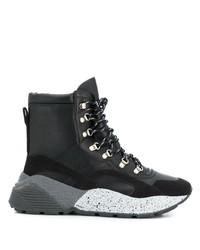 schwarze flache Stiefel mit einer Schnürung aus Leder von Stella McCartney
