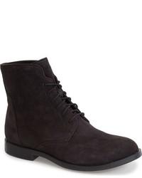 schwarze flache Stiefel mit einer Schnürung aus Wildleder