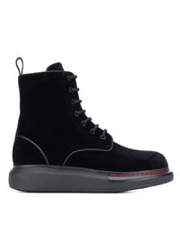 schwarze flache Stiefel mit einer Schnürung aus Wildleder von Alexander McQueen