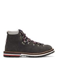 schwarze flache Stiefel mit einer Schnürung aus Wildleder von Moncler