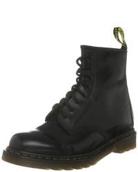 schwarze flache Stiefel mit einer Schnürung von Dr. Martens