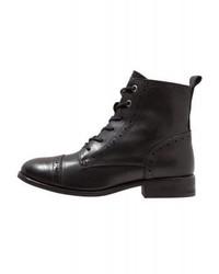 schwarze flache Stiefel mit einer Schnürung von KIOMI