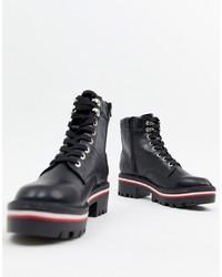 schwarze klobige flache Stiefel mit einer Schnürung aus Leder