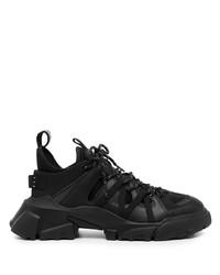 schwarze Sportschuhe von McQ