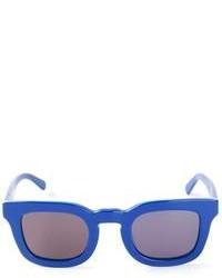 schwarze und blaue Sonnenbrille
