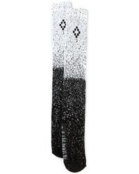 schwarze und weiße bedruckte Socken