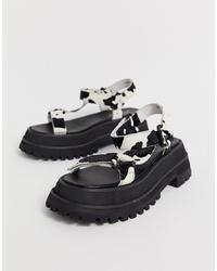 schwarze und weiße flache Sandalen aus Leder von Jeffrey Campbell