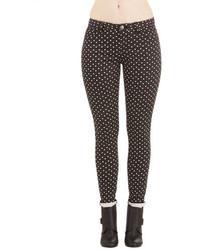 schwarze und weiße gepunktete enge Hose