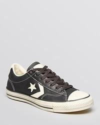 schwarze und weiße niedrige Sneakers mit Sternenmuster