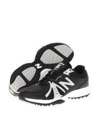 schwarze und weiße Sportschuhe