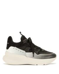 schwarze und weiße Sportschuhe von Alexander McQueen