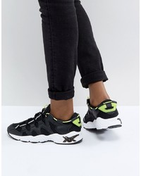 schwarze und weiße Sportschuhe von Asics