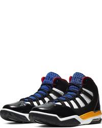 schwarze und weiße Sportschuhe von Jordan