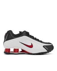 schwarze und weiße Sportschuhe von Nike