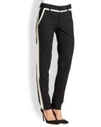 schwarze und weiße vertikal gestreifte Anzughose