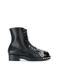 schwarze verzierte flache Stiefel mit einer Schnürung aus Leder