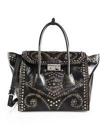 schwarze verzierte Handtasche