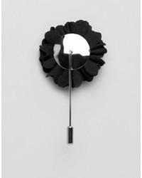 schwarzer Anstecknadel mit Blumenmuster