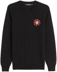 schwarzer flauschiger Pullover mit einem Rundhalsausschnitt