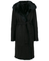 schwarzer Mantel mit einem Pelzkragen