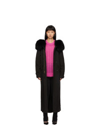 schwarzer Mantel mit einem Pelzkragen von MR AND MRS ITALY
