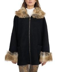 schwarzer Mantel mit einem Pelzkragen von VESTINO