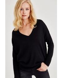 schwarzer Pullover mit einem V-Ausschnitt von OXXO