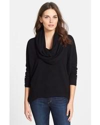 schwarzer Pullover mit einer weiten Rollkragen