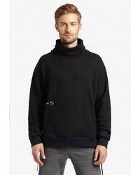 schwarzer Pullover mit einer weiten Rollkragen von khujo
